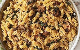 Massa cremosa de espinafre e cogumelos